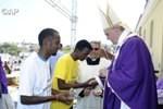 Paus Fransiskus Basuh Kaki Pengungsi di Malam Kamis Putih