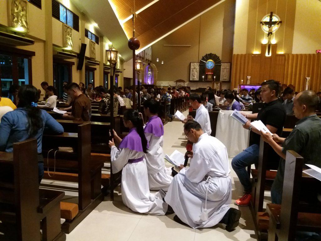 Umat Santo Yoseph Palembang Mengikuti Ibadat Jalan Salib