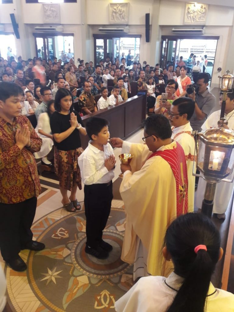 82 Anak Menerima Tubuh dan Darah Kristus