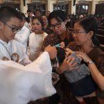 10 Anak Menjadi  Anggota Gereja Katolik