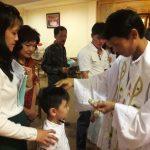 6 Orang Menerima Sakramen Baptis